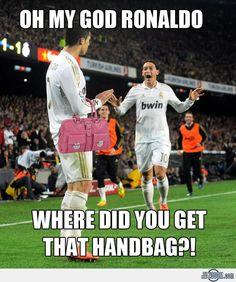 Je crois qu'il l'aime le sac le gars qui cours vers Ronaldo
