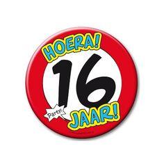 XXL verjaardags button 16 jaar. Extra grote button met daarop een afbeelding van een stopbord en de tekst: Hoera! 16 jaar! Formaat: ongeveer 10 cm.