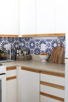 How to Install Peel and Stick Backsplash in a Kitchen Laminate Cabinets, New Kitchen Cabinets, Kitchen Backsplash, Rental Kitchen, Kitchen Sets, Kitchen Decor, Kitchen Things, Removable Backsplash, Peel N Stick Backsplash