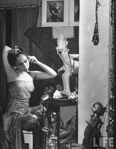 Devi Dja 1948 by Marie Hansen Indonesian Art, Indonesian Women, Dance Careers, Traditional Sculptures, Eagle Art, Aesthetic Women, Javanese, Wedding Mood Board, Vintage Pictures