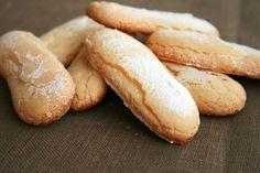 Biscuits cuillère : 3 œufs, 90g sucre, 60g Maïzena, sucre glace.  1: jaunes d'œufs +35 g de sucre. 2: blancs d'œuf en neige +sucre restant. 3: 1+2+farine tamisée, sans trop travailler la pâte. 4: faire les biscuits avec une poche à douille de 1,5 cm, sur une plaque à pâtisserie recouverte de papier sulfurisé. Saupoudrez les biscuits de sucre glace avec un tamis. Faites-les cuire environ 15 à 20 min dans le four préchauffé à 150°C. Laissez refroidir les biscuits avant de les décoller.