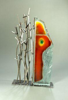"""Detlef Gotzens: Formquest #4 // Multicouches de verre fusionné et travaillé à froid, taillé et poli, peinture de poudre d'oxide, acier, 69 x 38 x 10cm / Multilayered fused glass, cut and polished, powder pigment, steel, 27"""" x 15"""" x 4"""""""
