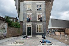 Erleben Sie die Illusion von einem Haus auf Klettern Leandro Erlichs Montage