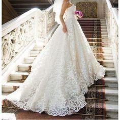 Lindo Vestido de noiva rodado estilo princesa em tafet[a, organza e voal.
