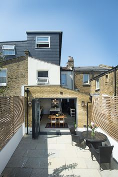 Build Team, a professional construction company in London, offers solutions with great architectural design to increase the space in your home. Visit our gallery for Side Return Extensions and learn more about modern house designs. House Extension Plans, House Extension Design, Extension Ideas, Side Return Extension, Rear Extension, Glass Extension, Victorian Terrace House, Edwardian House, Loft Conversion Victorian Terrace