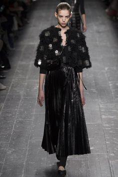 Valentino a surpris son public pendant la fashion week de Paris en présentant des looks à l'allure gothique. Focus: robe et veste noire