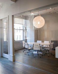 この会議室を愛します。 短いスカートを非表示にするには底に曇った障壁を置きます。