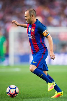 Andres Iniesta of FC Barcelona runs with the ball during the Joan Gamper trophy match between FC Barcelona and UC Sampdoria at Camp Nou on August 10, 2016 in Barcelona, Catalonia.