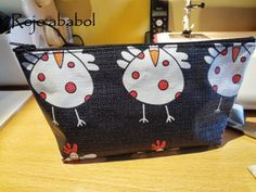 costura, manualidades y muchas ideas Pouch, Wallet, Basket Bag, 20 Min, Sewing For Kids, Diy Clothes, Pattern Design, Sewing Projects, Coin Purse