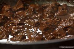 Hirschgulasch mit Rotwein und Schokolade - letztes Erwärmen vor dem Servieren