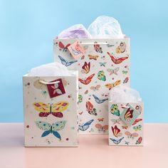 Bolsas de regalo con diseño natural de mariposas en diferentes tamaños para felicitar y regalar de una manera especial y única. #mariposas #bolsas #regalo #originales