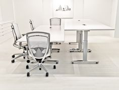 Livello meeting tables are ideal for sit-to-stand collaboration, promoting user comfort by encouraging movement and a neutral back posture while standing.