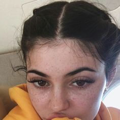 The interesting pictures of Kylie Jenner without makeup are here. To see more of how Kylie Jenner no makeup looks in real life! Looks Kylie Jenner, Estilo Kylie Jenner, Kardashian Jenner, Kourtney Kardashian, Kardashian Kollection, Maquillaje Kylie Jenner, Selfie Foto, Instagram Brows, Kendall And Kylie