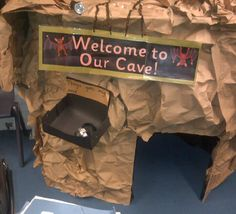 A super Cave Role-Play classroom area photo contribution. Great ideas for your classroom! School Displays, Classroom Displays, Gruffalo Activities, Book Activities, Dinosaurs Preschool, Eyfs Classroom, Nursery Activities, The Gruffalo, Book Corners