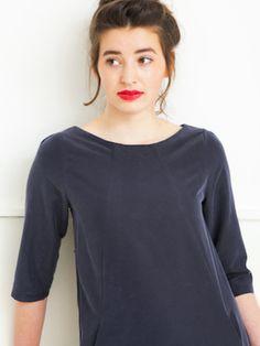 Designed by Dress'd by Ellen Benders Jurk A-lijn met deelnaden en insteekzakken. 3/4 mouw met een klein plooitje in kop schouder. 100% modal