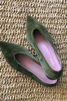 Vegan, Sustainable & Ethical Fashion Shoe Made in Spain. 100% green velvet cotton. Green beautiful color to match with all your looks! Spotlight color: Green. A simple and elegant design ! #momoc #momocshoes #planetblog #sustainableshoes #sustainablefashion #madeinspain #hechoenespaña #officelooks #velvet #ballerinashoes #ethicalfashion #ethicallymade #womensfashionover50 #womensfashionfall #shoesforwomen #officewear #officelady #officefashion #cotton #elegantshoes #elegantdesign #greencolor