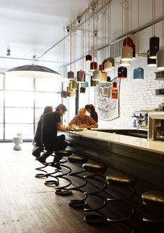 fc6bbb1ab28 Parts   Labour Restaurante con Diseño Reciclado por Castor Design Cafe Bar