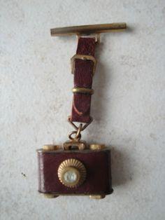 ANCIENNE BROCHE VINTAGE - APPAREIL PHOTO ANCIEN - METAL ET CUIR - photographe   eBay, EUR 10,00