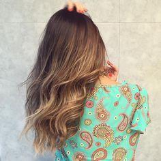 """""""New hair ! Meninas, hoje resolvi puxar mais algumas mexas em tons dourados nas pontas do cabelo, preservando a raiz mais escura. Amei o resultado! Quem…"""""""