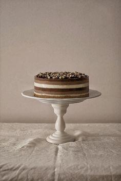 Tarta a los tres chocolates con crujiente de almendras