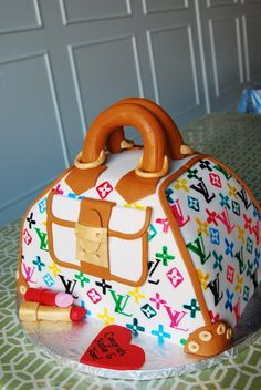 LOUIS VUITTON CAKE ~ not gonna lie, I think this is cute.