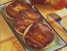 Spécialité finistérienne, typiquement bigoudène, les  kouigns sont de petites crêpes épaisses réalisées à partir d'un variante de la pâte à crêpes levée à la levure (de bière ou de boulanger) Brunch, Fett, Crepes, Food Inspiration, French Toast, Biscotti, Pork, Breakfast, Beignets