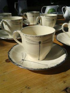 Ana Pastor intervino estas antiguas tazas de cafe con sus diseños.  Disfruta de un buen cafe en una taza con arte te esperamos en la barra