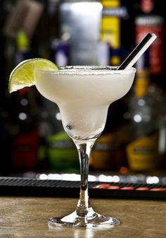Cocktail Margarita - La Margarita est un cocktail mexicain à base de tequila, une boisson alcoolisée produite au Mexique à partir de l'agave bleu. L'histoire veut que la recette originale ait été inventée en 1948 à Acapulco par Margarita Sames qui la servait à ses invités, lesquels baptisèrent la boisson du nom de leur hôte.