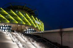 Die ÖAMTC-Zentrale in Wien ist Dank der Beleuchtung von BILTON auch bei Dunkelheit ein Hingucker. Nicht nur die gelbe Fassadenbeleuchtung, sondern auch die Handlaufbeleuchtung kommt aus dem Hause BILTON.