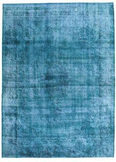Les tapis Colored Vintage sont produits à partir d'anciens tapis turcs qui ont au moins 20-50 ans. Chaque tapis est soigneusement sélectionné et subit un processus unique pour neutraliser les couleurs avant d'être reteint dans une nouvelle couleur attrayante.