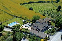 Set in the Tuscan hills and offering a large garden with a pool, Le Giare Agriturismo Fattoria features free WiFi. Villas In Italy, Lounge Areas, Free Wifi, Golf Courses, Europe, Mansions, World, House Styles, Apartments