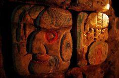 En una Zona Arqueológica MAYA apareció una Imagen Modelada en Estuco de un PODEROSO JERARCA MAYA de la Antigua Urbe de TONINÁ y un Muro con un Texto Glífico que Menciona su Nombre.  El Jerarca es K'INICH B'AAKNAL CHAAHK, el Sexto Gobernante de los 14 Conocidos hasta ahora que Gobernaron en TONINÁ. El Hallazgo Permitirá Dar con Nuevos Datos Sobre la Gramática MAYA, porque muestra RASGOS LINGÜÍSTICOS que hasta hoy Son Poco Conocidos