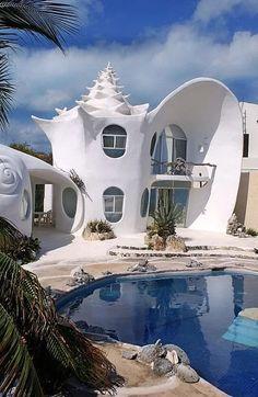 El Hotel Casa Caracol se encuentra en la Isla de las Mujeres cerca de Cancún, México. Las dos casas tienen forma de una enorme concha de caracol.
