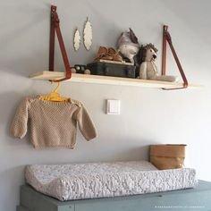 Duurzame kinderkamers: Een super leuke wandplank om zelf te maken. Een echte eye-catcher. Het idee komt van Stephanie van Vuuren. De beschrijving staat op de website van de Kinderkamerstylist.