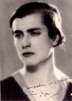 """Margarita Gil Roësset (Madrid, 1908 - 1932), escultora, ilustradora, poetisa española. Trabajó el granito y la piedra. En ilustración, compaginó Modernismo y Simbolismo, y otras veces siguió el dibujo lineal del diseño sintético propio de entreguerras. Se enamoró de Juan Ramón Jiménez, amor imposible, él estaba casado y ella era muy religiosa, entonces se suicidó. El escritor impresionado, le dedicó varios poemas, y le consagró una de las semblanzas contenidas en sus """"Españoles de tres…"""