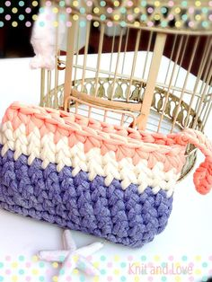 Knit and Love Crochet Clutch Bags, Crochet Pouch, Crochet Handbags, Crochet Purses, Diy Crochet, Crochet Stitches, Crochet Bags, Knitting Videos, Crochet Videos