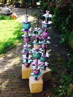 Kralenpaal in wording Beading pole in the making # ceramics Hand Built Pottery, Slab Pottery, Garden Totems, Garden Sculpture, Pole Art, Face Planters, Garden Yard Ideas, Mosaic Garden, Ceramics Projects