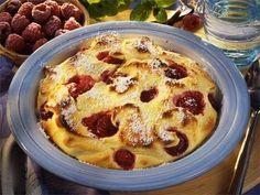 Dieser Quark-Vanille-Auflauf mit Himbeeren ist ein köstlicher Nachtisch, den man auch kalt genießen kann.