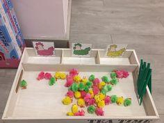 Sorteren kippen en kuikens Montessori, Nursery Crafts, Diy And Crafts, Crafts For Kids, Spring School, Preschool Centers, Working With Children, Classroom Themes, Easter Crafts