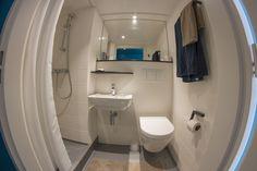 Une salle de bain agréable et fonctionnelle. Strasbourg, Toilet, Bathroom, Divine Mercy, Bath, Drawing Drawing, Washroom, Flush Toilet, Full Bath