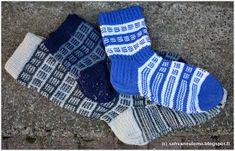 sohvaneulomo: Sinivalkoiset körttisukat