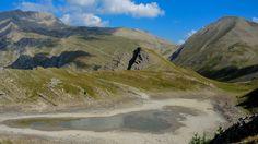 Lac Brun à 2343 m. Embrunais. Départ de la Sellette, au-dessus de Puy-St-Eusèbe, par le sentier de la Baume. Presque à sec fin juillet 2015.