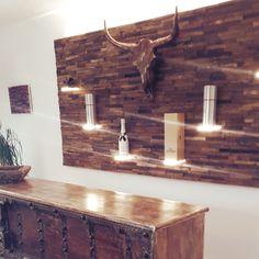 Barwand aus Eichenspaltholz mit LED-beleuteten Plexiglasböden