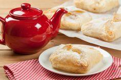 Vaníliás, gyümölcsös táska leveles tésztából: villámgyors húsvéti reggeli Hamburger, Bread, Cheese, Food, Brot, Essen, Baking, Burgers, Meals