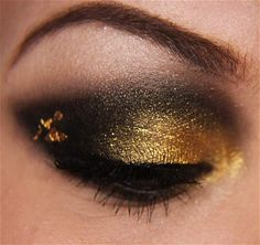 Black and Gold Smokey Eye Tutorial Lovely Gold & Black Smokey Eye Eyes – diy tutorial Black And Gold Eyeshadow, Black Smokey Eye, Smokey Eye Makeup, Cheer Makeup, Gold Makeup Looks, Girl With Green Eyes, Smokey Eye Tutorial, Dramatic Makeup, Looks Black