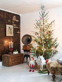 Amanda är en kreativ person som tycker om att skapa, något som hon älskar att göra till jul. Hon är mycket förtjust i antika julgranskulor i glas och arrangerar dem både granen och på brickor. Uthusen pyntas med granris och glasverandan smyckas med kransar och vita pappersstjärnor som för tankarna till gammaldags spetsgardiner.