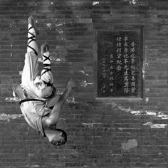 40 Peaceful And Solid Shaolin Monk Martial Art Demonstrations - Bored Art Matt Hardy, Karate Styles, Kempo Karate, Shaolin Kung Fu, Art Of Fighting, Enter The Dragon, Press Photo, Art Pictures, Human Body
