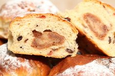 I was a bit sorry Christmas was over in a flash so I made these sweet deluxe raisin buns with a surprise center: Super delicious 'Stollen Bollen'!