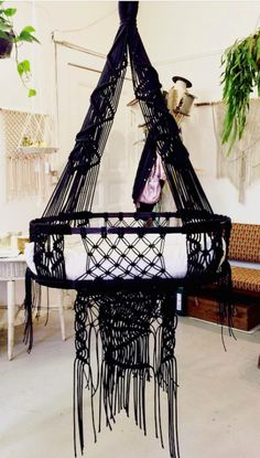 Hanging baby cradle by macramé artist Dörte Bundt of California Dreaming Baby Craddle, Hanging Crib, Hanging Bassinet, Macrame Chairs, Dining Room Table Chairs, Nursery Modern, Baby Swings, Baby Bassinet, Swinging Chair