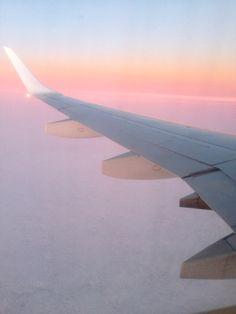 Vue depuis un avion. Nuages et ciel pendant le couché de soleil Photo Avion, Wanderlust Travel, Ciel, Libra, Airplane View, Traveling, Aesthetics, Pastel, Rose